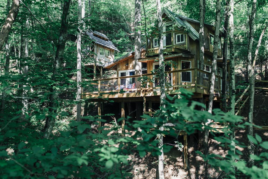 An exterior photo of the tree house near Asheville.
