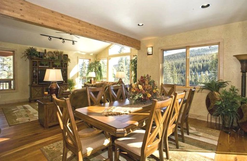 Chicly furnished dining area suitable for all 13 guests that the cabin can accommodate.