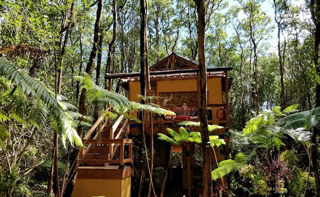 A secluded tree house rental near Volcanoes National Park, Hawaii