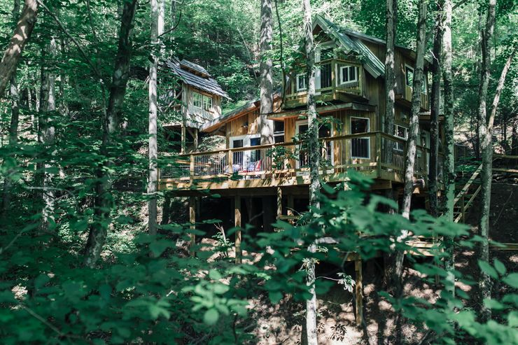An Asheville tree house rental for a sustainable tourism vacation in North Carolina.