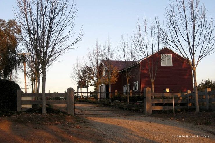 Farm barn near Melbourne with amenities perfect for winter getaways in Australia