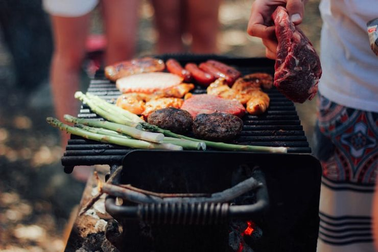 the traditional BBQ and the best foods to bring camping with friends